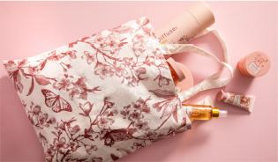 チェリーブロッサムの香りの商品を9,000円以上ご購入のお客様に「日本限定チェリーブロッサムコットンバッグ」をプレゼントします。